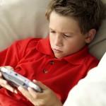 ゲームに熱中する少年