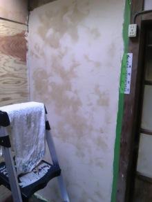 淡路島の家の内壁塗に珪藻土を塗っている画像