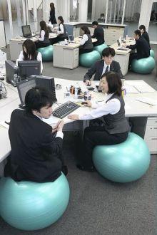 職場の椅子を全てバランスボールにした会社の画像